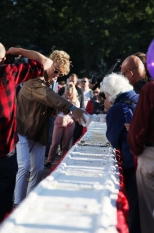 25. Õllesummeri 25-meetrise sünnipäevatordi kaunistamine ja lahti lõikamine (Foto: Merili Reinpalu)